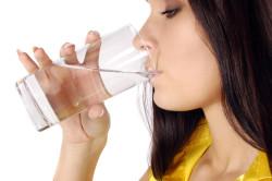 Стакан холодной воды утром натощак для нормализации пищеварения