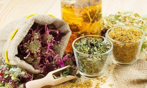 Помогают справиться с симптомами воспаления поджелудочной железы сборы трав, из которых готовят лечебные отвары. В такие сборы могут входить ромашка, семена укропа, боярышник и бессмертник