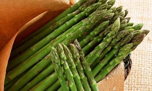 Натуральные красители, которые содержатся в продуктах, способны придавать моче зеленый цвет. Это может быть спаржа